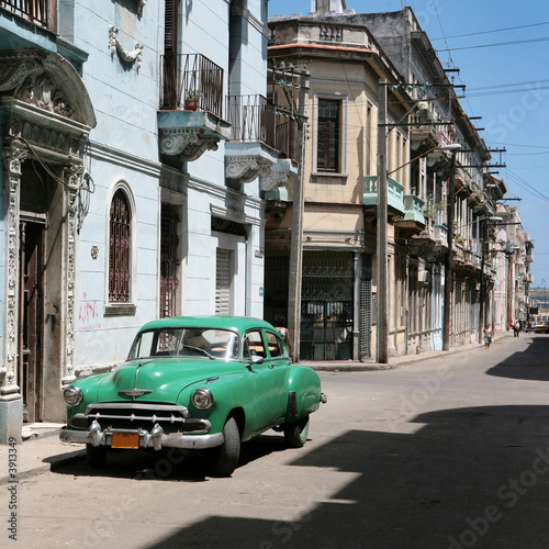 Türaufkleber Autos aus Kuba the car is parked in old havana downtown