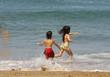 enfants entrain de courir sur la plage