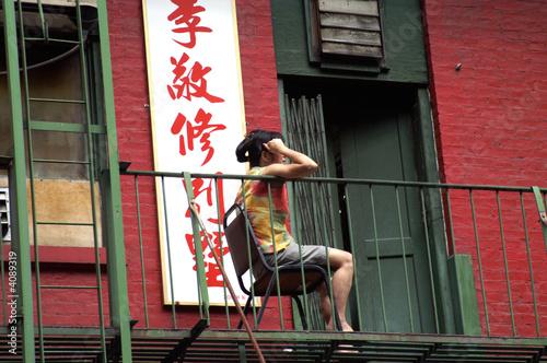 Femme sur sa terrasse, Chinatown, NYC