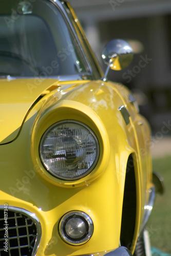 Naklejka premium żółty klasyczny samochód