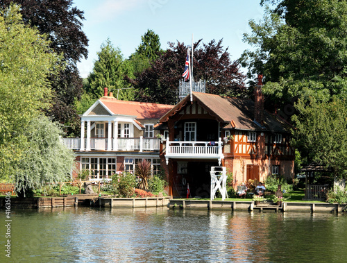 Canvas-taulu Riverside Dwelling and Boathouse on the Thames in England