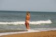belle blonde frisée les pieds dans l'eau