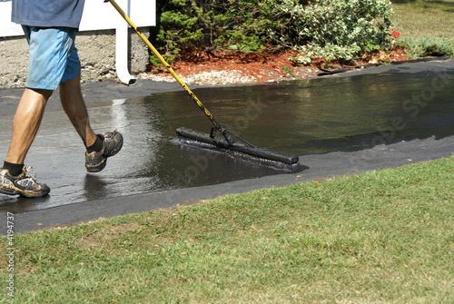 Fotografía  Appying driveway sealer