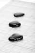 Drei Zen-Steine auf Bambusmatte, sw
