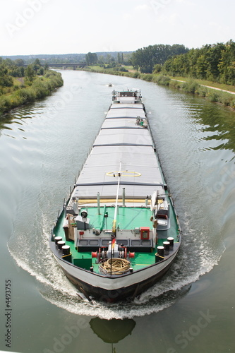 Fotografia  Barge carries freight on a canal