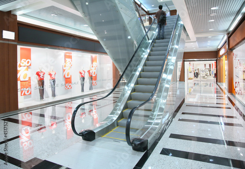 Cuadros en Lienzo Persons on escalator in shop
