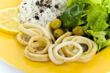 Frittierte Tintenfische Mit Reis ,oliven Und Salat 4