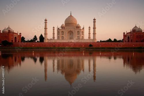 Foto op Aluminium India Taj Mahal reflected in river