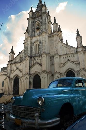 Deurstickers Cubaanse oldtimers Old Havana splendor - vintage car and church facade