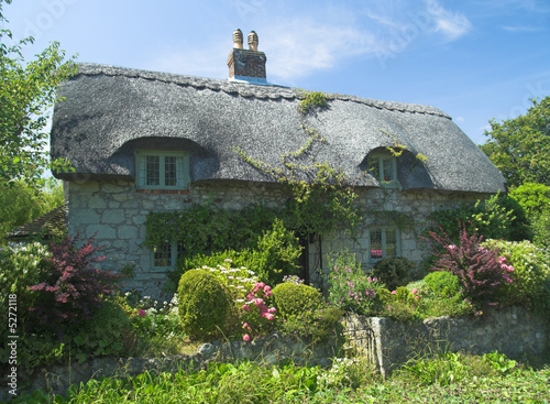 Fototapeta Typical English cottage with cottage garden
