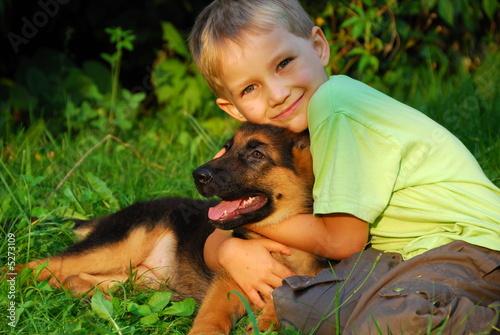Plakat Chłopiec przytula swojego psa