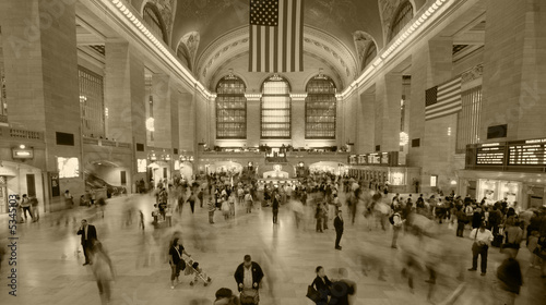 Photo fast crowd moving in grand central station