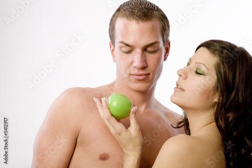 Eva gibt Adam einen grünen Apfel im Paradies Canvas-taulu