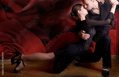 Photo  young couple in love dancing Latino dance at the nightclub