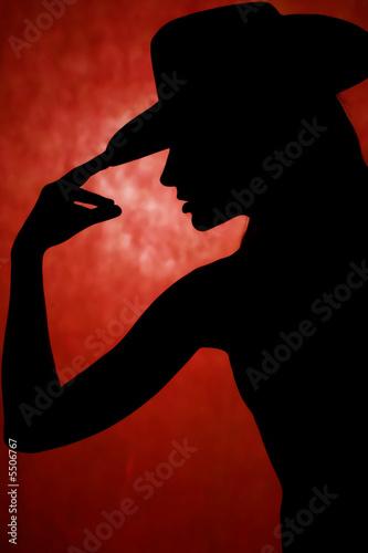 taniec-kobiety-sylwetka-przed-orrange-tle