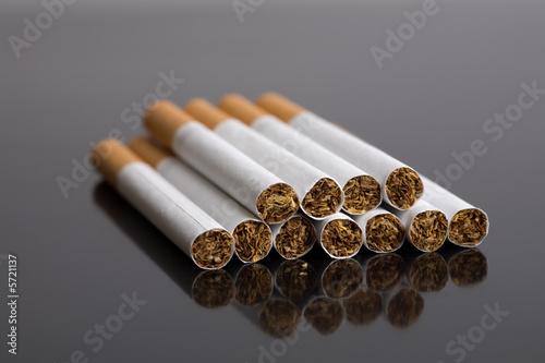 Pinturas sobre lienzo  Pile of cigarettes on black reflective surface