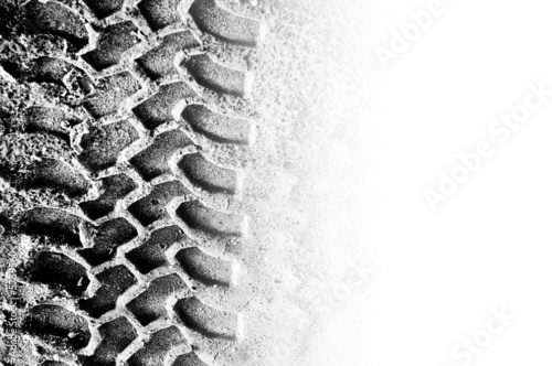фотография Tyre tread pattern in sand with area of copyspace