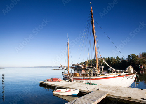 Foto-Leinwand - A sail boat at on the ocean in dock (von Tyler Olson)