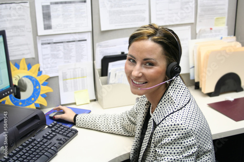 Photo  Beautiful female call center operator, headset customer srvice