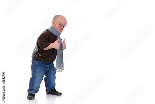 Photo Little man, dwarf in leisure clothing, studio shot,