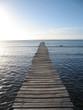 ponton de bois sur le lagon et ciel bleu en fond