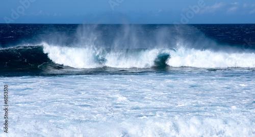 Photo  Waves crashing on beach