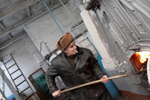 Fotomural The stoker works in the boiler room