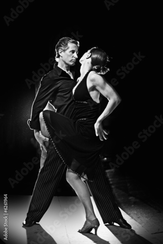 Photo  Couple dancing hot latin dance on a street at night