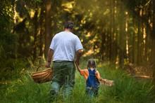 Vater Und Tochter Beim Waldspaziergang