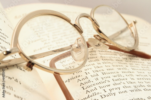 Photo  William Shakespare's book with eyeglasses
