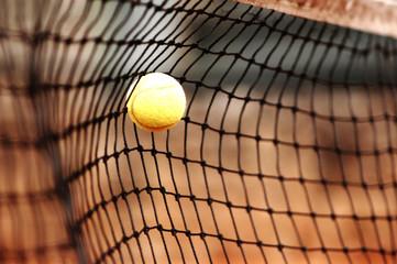 Fototapeta pelota de tenis amarilla en red