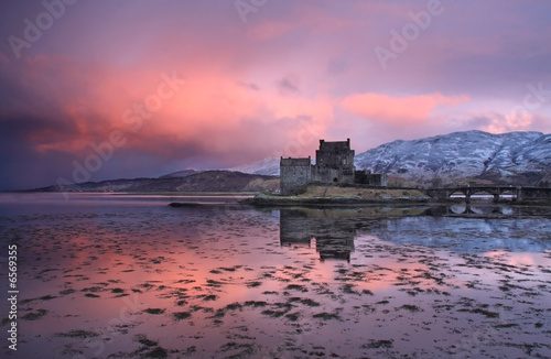 Spoed Foto op Canvas Kasteel Eilean Donan Castle at sunrise