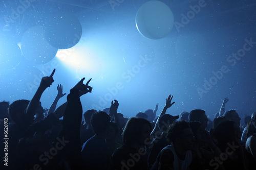 Mains et bras tendus pendant concert Fototapet