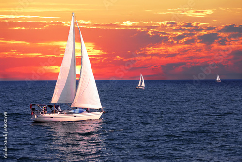 Foto-Leinwand - Sailboats at sunset (von Elenathewise)