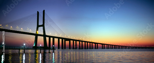 Poster Brug Vasco da Gama bridge panorama at dusk