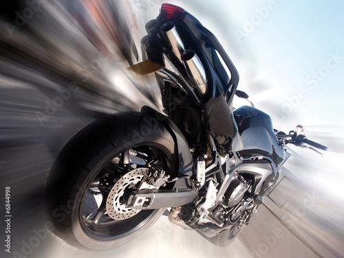 motocykl-na-bardzo-rozmytym-tle