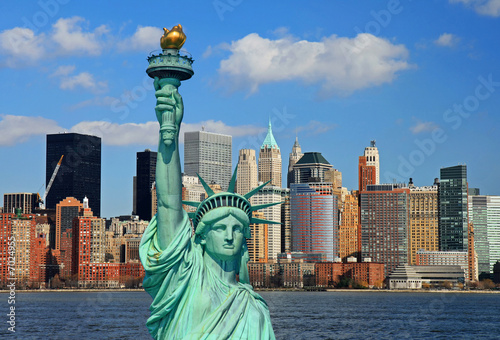 Obraz The Statue of Liberty and Manhattan Skyline - fototapety do salonu