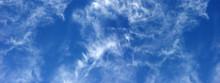 Ciel Bleu Outremer Zébré De Nuages D'altitude
