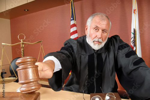 Photographie Judge using his gavel
