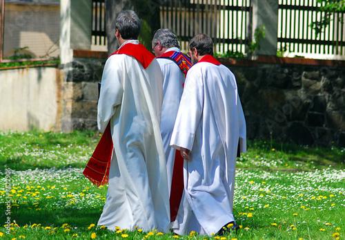 Foto Gehende Priester, Pastoren, Kleriker