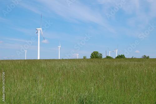 Feld mit Windrädern