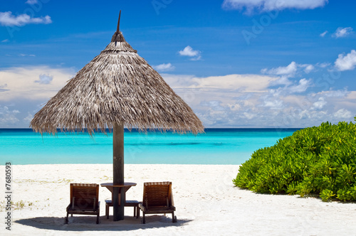 Foto-Leinwand - Sonnenschirm mit Liegestühlen