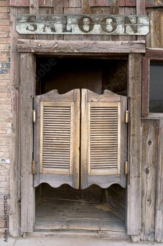 stary-zachodniej-swinging-saloon-drzwi-z-znakiem