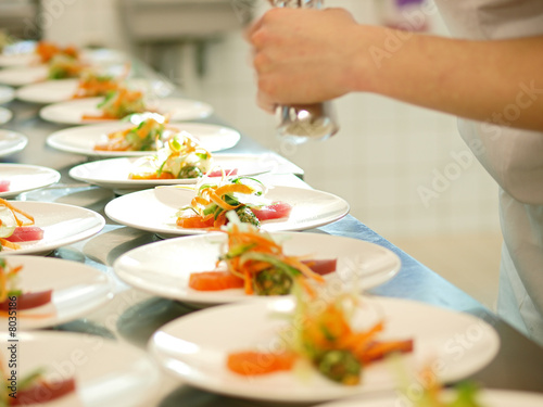 Fotografie, Obraz  profikoch bereitet sashimi tellerreihen bankett gastronomie