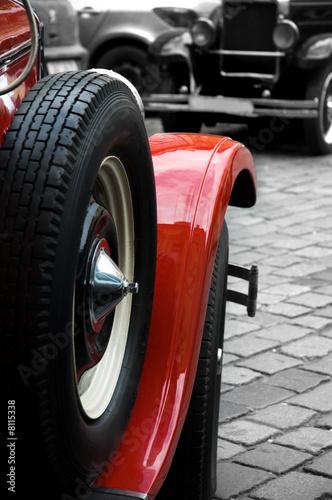 Poster Rouge, noir, blanc Old car wheel