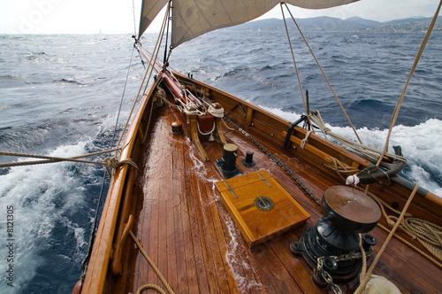 Foto  Das nasse Vordeck einer klassischen Yacht