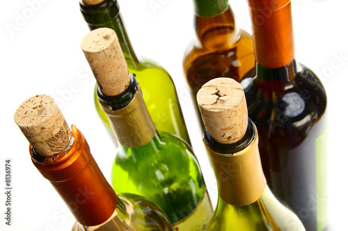 Papiers peints Vin wine bottles with corks on white