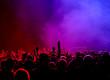 Feiernde Fans in rot bis lila