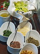 salatbüffet, salatkorb und dressings