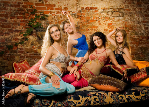 Canvastavla  Group of beautiful women in harem